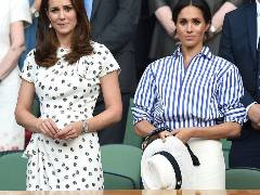 De ce si-a tinut Meghan Markle palaria in mana la Wimbledon. Motivul ciudat